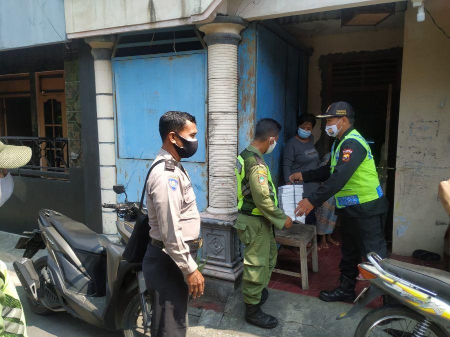 Bersama TNI-POLRI, Senkom Mitra Polri Solo Serahkan Bansos Kepada Warga Terdampak PPKM Level 4