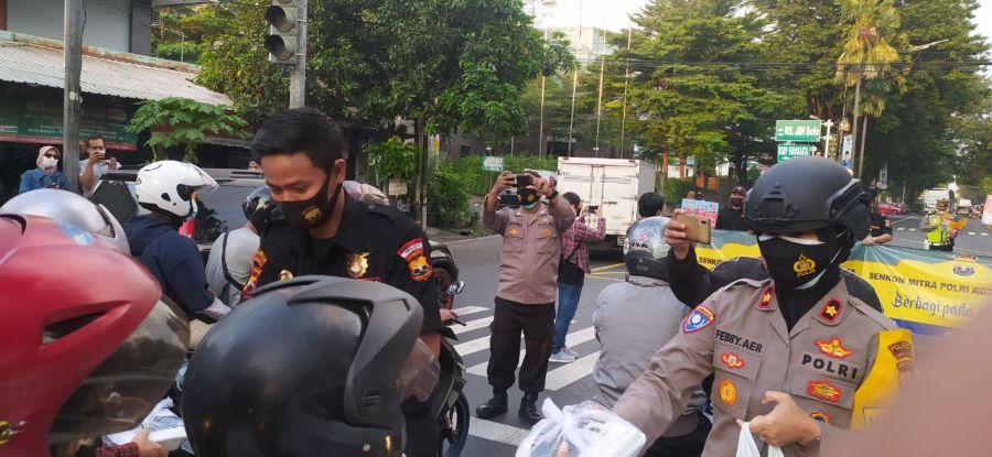 Ketua Senkom Mitra Polri Solo Bagikan Ratusan Paket Takjil & Masker